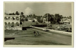 Carte Photo - Moroni - Route Du Port (Peugeot 404 Break, Bureau De Postes Au Fond) Pas Circulé - Comores