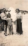 Carte Photo Originale Déguisement & Eisbär, Ours Blanc Polaire à La Plage Accompagné D'une Famille Vers 1940 - Anonymous Persons