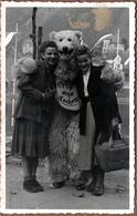 Carte Photo Originale Déguisement & Eisbär, Ours Blanc Polaire Romantique Accompagné De 2 Pin-Up 1940/50 - Anonymous Persons