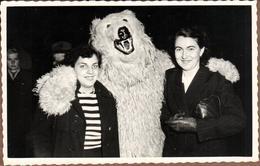 Carte Photo Originale Déguisement & Eisbär, Ours Blanc Polaire Bourreau Des Coeurs Vers 1960 Entouré De 2 Pin-Up - Anonymous Persons