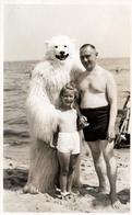 Photo Originale Déguisement & Eisbär, Ours Blanc Polaire à La Plage Avec Père Et Fillette Vers 1950/60 - Anonymous Persons
