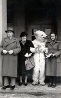 Photo Originale Déguisement & Eisbär, Ours Blanc Polaire Zur Erinnerung An Die Texlitmesse Hannover 1951 Commémoreration - Identified Persons