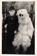 Photo Originale Déguisement & Eisbär, Ours Blanc Polaire Posant Avec Un Gamin Au Jardin Vers 1940/50 - Identified Persons