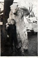 Petite Photo Originale Déguisement & Eisbär, Ours Blanc Polaire Posant Avec Un Gamin Au Jardin Vers 1920/30 - Identified Persons