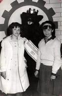 Photo Originale Déguisement & Eisbär, Ours Blanc Polaire & Ours Brun Deutschland 1964 Posant Avec 2 Adolescentes Boutons - Identified Persons