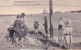 14-BERNIÈRES-SUR-MER- ENFANTS PRÉPARANT UN FORT À MARÉE-BASSE-ANIMÉE - France