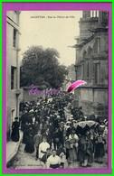 CPA (61 Orne)  ARGENTAN La Rue De L'hôtel De Ville Animé Cérémonie Religieuse Rue Noir De Monde Procession Oblitéré 1912 - Argentan