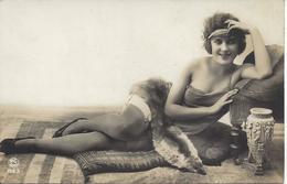 JOLIE JEUNE FEMME ALLONGE  SUR SON  LIT Avec COL FOURRURE En  RENARD - Romantiques < 1960
