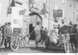 Groupe De Motards Devant Ancienne Station Service - Photo Originale Années 30 - 40 - Photographs
