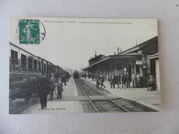 Vallée De La Meuse Givet La Gare Vue Intérieure à L'arrivée D'un Train Belge - Givet