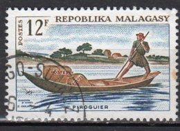 Madagascar Yvert N° 413 Oblitéré Point De Rouille Piroguier Postal Lot 6-128 - Madagascar (1960-...)