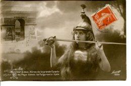 Patriotique - Militaria - Honneur Aux Héros De L'Arc De Triomphe, épée Et Casque Du Dragon Ou Hussard - Militaria