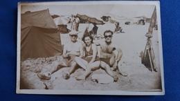 PHOTO DE PERSONNES SUR UNE PLAGE HOMME TORSE NU 1947   FORMAT 13.5  PAR 8.5 CM - Persone Anonimi