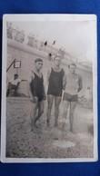 PHOTO DE PERSONNES HOMMES TRIO EN MAILLOT DE BAIN PLAGE   FORMAT 13.5  PAR 8.5 CM - Persone Anonimi
