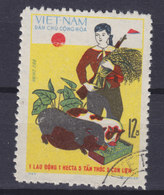 Vietnam 1970 Mi. 627    12 Xu Agrarwirtschaft Bäuerin Mit Gewehr Beim Schweinrfüttern - Vietnam