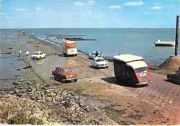 CAMION - POIDS LOURDS - Camionnettes (Marques ND) Au Passage Du Gois - CPSM GF 1967 - Lorry Truck Lkw Caminhão Lastbil - Camion, Tir