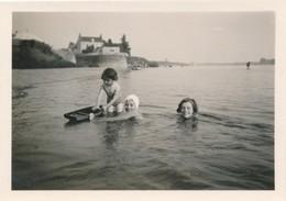 Snapshot Enfants Dans L'eau Mer Villas Bateau Jouet Maillots Swimsuit Children - Personnes Anonymes