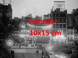 Reproduction D'une Photographie Ancienne D'une Vue Du Moulin Rouge La Nuit à Paris En 1930 - Reproductions