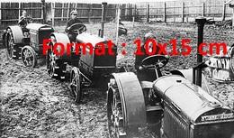 Reproduction D'une Photographie Ancienne Des Agriculteurs Sur Des Tracteurs Mccormick En 1930 - Reproductions