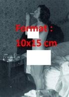 Reproduction D'une Photographie Ancienne D'une Femme Nue S'allumant Une Cigarette Au Bord De Son Lit En 1932 - Reproductions