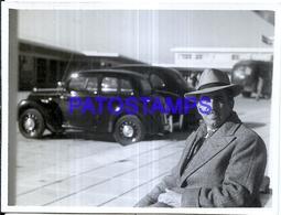 118440 ARGENTINA BS AS EZEIZA AIRPORT AEROPUERTO AUTOMOBILE OLD CAR AND MAN 1949 11 X 9 CM PHOTO NO POSTAL POSTCARD - Fotografie