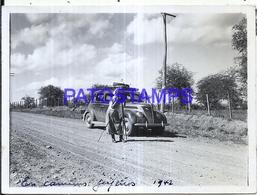 118451 ARGENTINA JUJUY CAMINO ROAD AUTOMOBILE CAR AUTO & MAN C/ CAMARA FOTOGRAFICA 1942 12 X 9 PHOTO NO POSTCARD - Fotografie