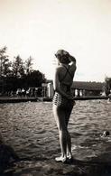Photo Originale Dos De Pin-Up à L'été 1940 Qu Bord D'une Piscine Municipale - Pin-ups