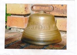 Cloche  AUVERGNE En Bronze.  Diamètre à La Base De La Cloche : 16 Cm. - Hauteur Totale Avec La Boucle Du Collier : 14 Cm - Campane