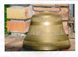 Cloche  LA - BRESSE En Bronze. Diamètre à La Base De La Cloche : 19,5 Cm. - Hauteur  Avec La Boucle Du Collier :16 Cm - Campanas