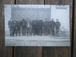 CPA PHOTO GROUPE HOMMES OUVRIERS ? SORTIE USINE? - Fotografie