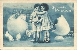 """Cartolina """"Buona Pasqua"""", Bambina Che Abbraccia Bambino Con In Mano Un Pulcino (S21) - Pasqua"""