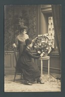 CPA Carte PHOTO écrite Et Envoyée De BESANCON (25) Duo De Femmes Arrangeant Une Corbeille ALSACE LORRAINE - Besancon