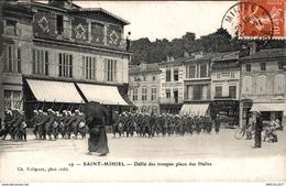 3872-2019     ST MIHIEL   DEFILE DES TROUPES PLACE DES HALLES - Saint Mihiel