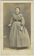 CDV. Femme Avec Robe. Photographe Cheronnet à Lagny. - Ancianas (antes De 1900)