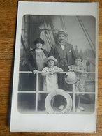 OSTENDE:TRES BELLE PHOTO CARTE D'UNE FAMILLE FAIT SUR UN BATEAU DE CARTON PATE CHEZ LE BON BD VAN ISEGHEM 34 - Oostende