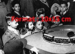 Reproduction D'une Photographie Ancienne D'enfants Admiratifs Devant Un Train électriqueen Magasin En 1953 - Reproductions