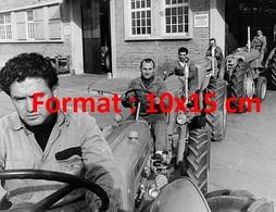 Reproduction D'une Photographie Ancienne De La Sortie De Tracteurs De L'usine De Montage Fiat Concord En 1955 - Reproductions