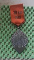 Medaille :Netherlands  - T.C Peddelaars Gehandikapten Sp.c Hoogeveen 1981.  / Vintage Medal - Walking Association - Nederland
