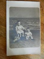 OSTENDE :PHOTO CARTE DE 2 ENFANT ET LEUR JOUET SUR UNE PLAGE  EN CARTON PATE -LE BON PHOTOGRAPHE 36 BVD VAN ISEGNEM - Oostende