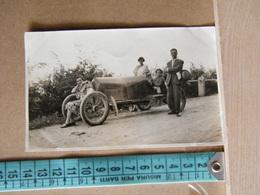 MONDOSORPRESA, FOTOGRAFIA, GRUPPO DI PERSONE SUDUTE SULL' AUTOMOBILE A LA MORRA, ANNO 1927 - Persone Anonimi