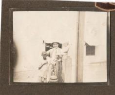 Congo Belge C.1927 Maneken Pis Pte. Photo…collée Sur Carton  Casque Colonial - Célébrités