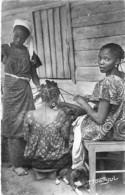 AFRIQUE NOIRE (AOF) Scène Et Types - Femmes Se Coiffant - CPSM Dentelée N/B PF 1953 - Black Africa - Ansichtskarten