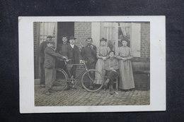 FRANCE - Carte Postale Photo - Famille Devant Une Maison Avec Vélo - L 40989 - A Identifier