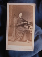 Photo CDV Robardet à Besançon - Second Empire Prêtre, Curé Assis, Livre à La Main Circa 1865 L454 - Photos