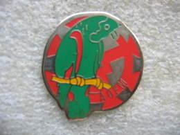 Pin's N°377,  Perruche, Perroquet Devant La Roue De La Ville De Mulhouse (Dépt 68) - Animals