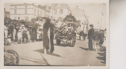 CARTE   PHOTO  LIEU INCONU  8 AOUT 1920 DIMANCHE FETE DES FLEURS INSCRIT AU DOS - Cartes Postales