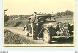 Carte-Photo - Homme Près D'une Traction Citroën Sur Une Route De Campagne - Postcards