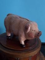 PIG - COCHON - VARKEN / SPAARPOT - TIRELIRE - THRIFTY ** R A R E ** CAST IRON FONTE GIETIJZER ( +/- 375 Gr. / H 6 Cm. ) - Autres Collections