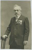 Carte Photo Recoupée. Homme En Pose Avec Ses Décorations. Médailles. - War, Military