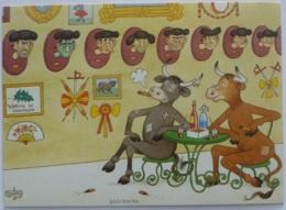 VACHE - Souvenirs - Vaches Assises Devant Tetes Accrochées Au Mur - Cocarde / Carte Reproduisant Aquarelle Albert Dubout - Vaches